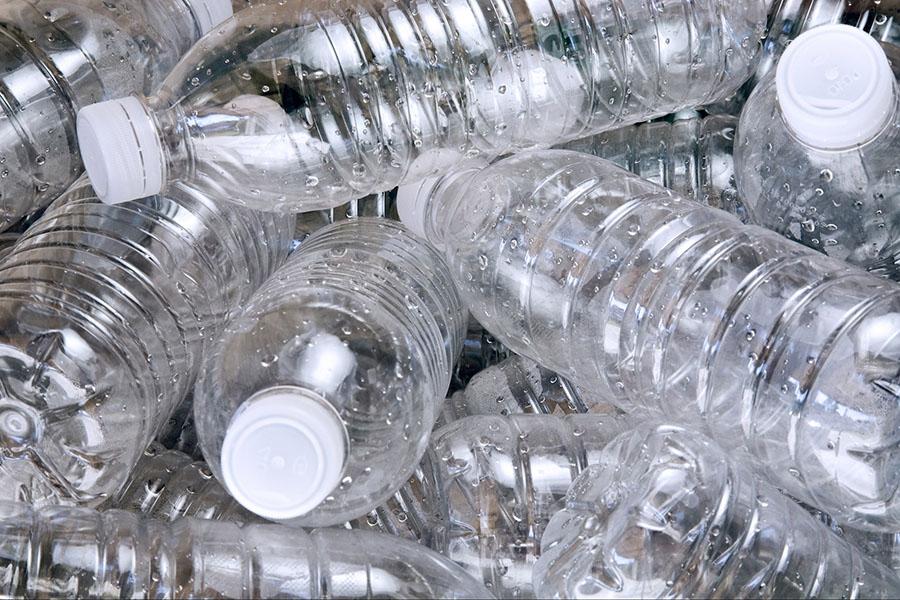 cách thông bồn cầu bằng chai nhựa